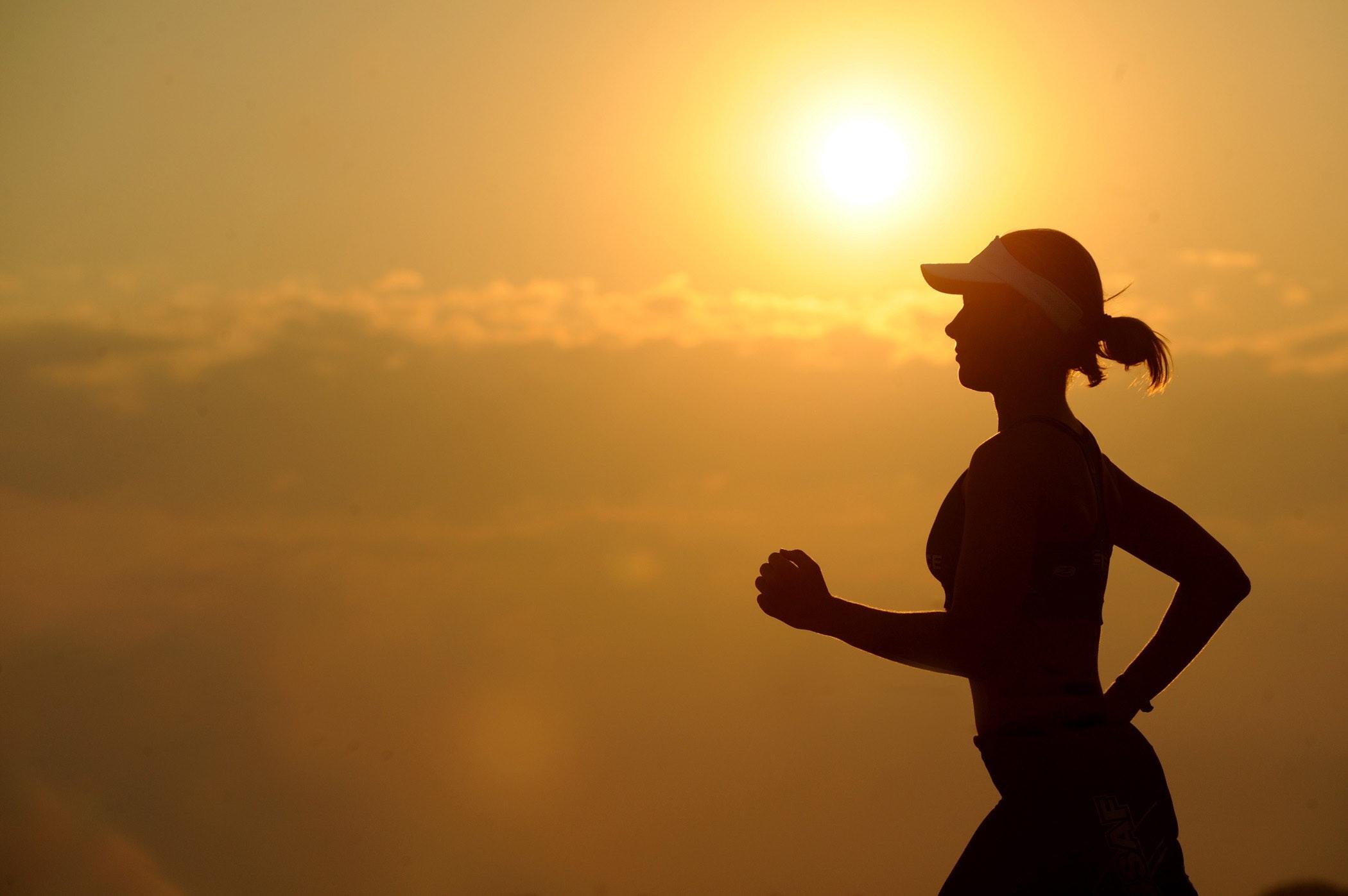 Mujer realizando deporte que busca mantener una vida sana y saludable.